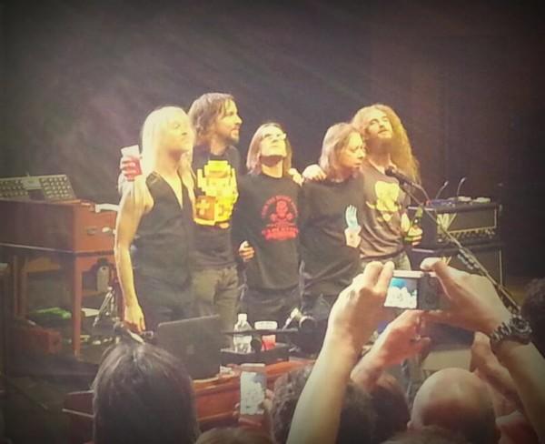 La band (da sinistra Nick Beggs, Marco Minneman, Steven Wilson, Adam Holzman e Guthrie Govan) durante applausi finali